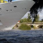 Un navire Costa Croisières en partance pour Venise bloqué par le pont de Voray-sur-l'Ognon
