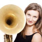 Confinementà Vesoul : depuis son balcon, Liliane exhibe son cor chaque soir pour ses voisins